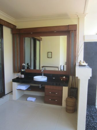 Hotel Vila Ombak: outdoor bathroom