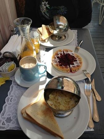Cafe Rendebu: Eggs with toast and waffles.