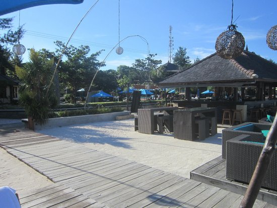 Hotel Vila Ombak: beach bar and restaurant
