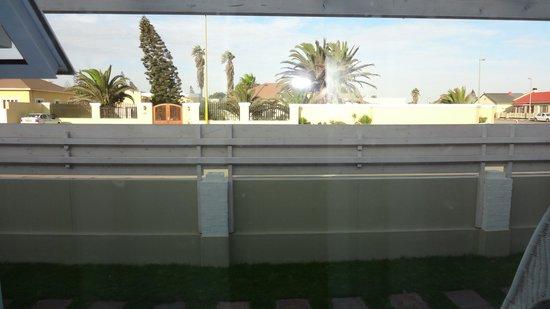 """Swakopmund Guesthouse: """"Aussicht"""" auf die Strasse vom Zimmer aus (extrem lärmig)"""