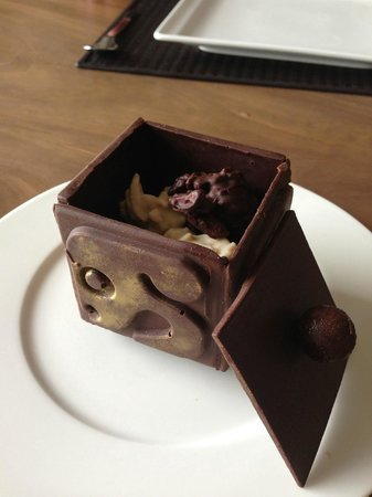 NIZUC Resort and Spa: Housemade chocolate with the Nizuc symbol