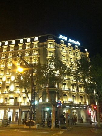 Majestic Hotel & Spa Barcelona: The hotel at night