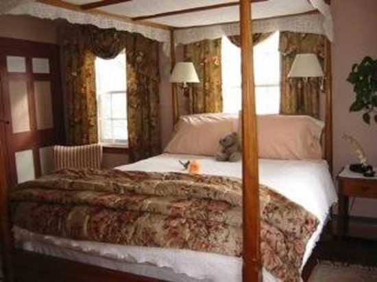 Ashburn House: Queen canopy bed with private bath and working fireplace in season