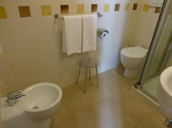 Hotel Perseo: The bathroom has a shower, sink, toilet & bidet.
