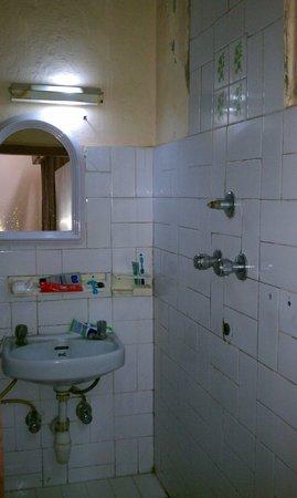 Kathmandu Peace Guest House: Bathroom