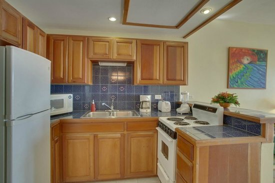 SunBreeze Suites: Kitchen