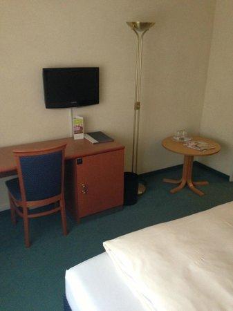 Hotel Vorfelder: Standardzimmer mit sehr kleinem Flat TV