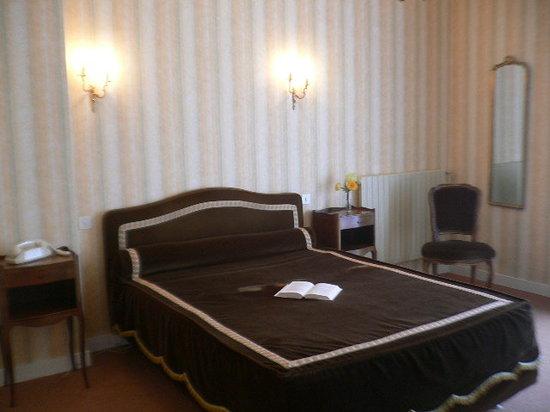 Hotel de France : chambre à l'étage avec balcon, terrasse  et  vue sur le jardin .
