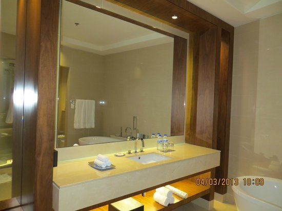 JW Marriott Marquis Hotel Dubai: big mirror