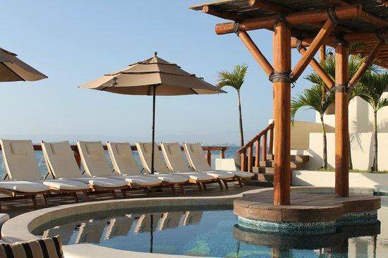Hotel Playa Fiesta: Lounge area around smaller, heated pool
