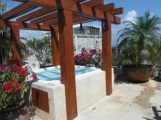 Royal Palms Condominiums: Cold jacuzzi tub on patio