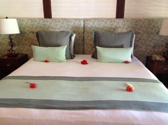 Tamarind Beach Hotel & Yacht Club: Bed in room 113.......fresh flowers everywhere