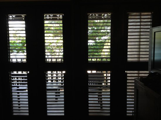 Tamarind Beach Hotel & Yacht Club : Plantation shutters open room 113