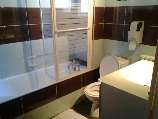 Hotel Des Voyageurs : salle de bains
