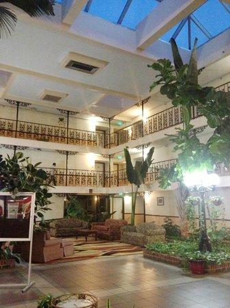 The Alabama Hotel: Beautiful Atrium with MoonRoof