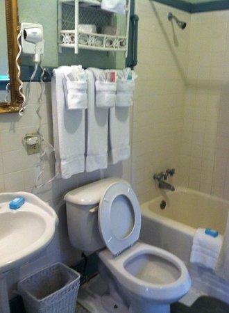 Lakeside Inn: Bathroom