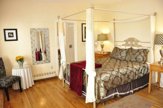 The Eagle Inn: Deluxe room with Queen bed, fireplace and balcony