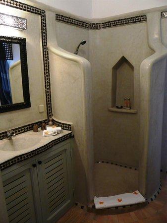 Jolie salle de bains en tadelakt de la chambre meknes picture of riad les r - Douche dans la chambre ...
