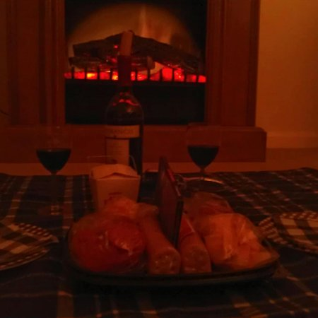 Wooden Duck B&B: Romantic Picnic before the fireplace