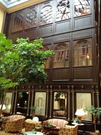 Hotel Konig Von Ungarn: Le vetrate stile Biedermeier della corte interna