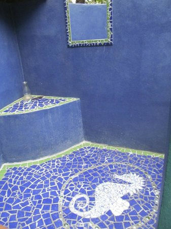 Off The Wall Dive Center & Resort: Beautifully tiled shower area