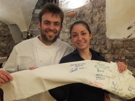 Cantina de' Corvi : Francesco and Sara sign our friends Chef Coat