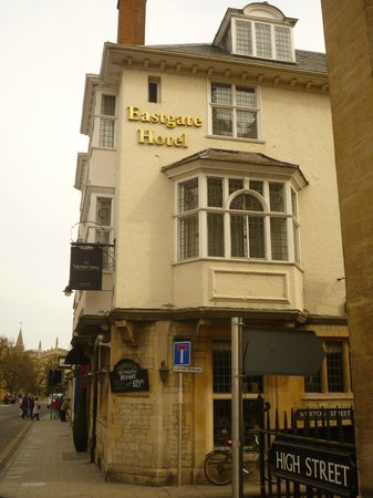 Mercure Eastgate Oxford: Вид  отеля с High Street