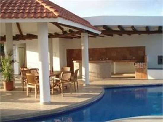 Villas Mayaluum: BBQ and pool area