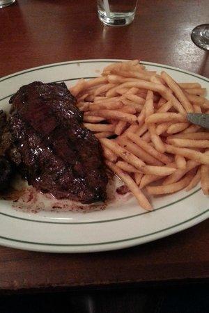 Macy's Cellar Bar and Grill : Steak com fritas e cogumelos salteados em cebola caramelizada