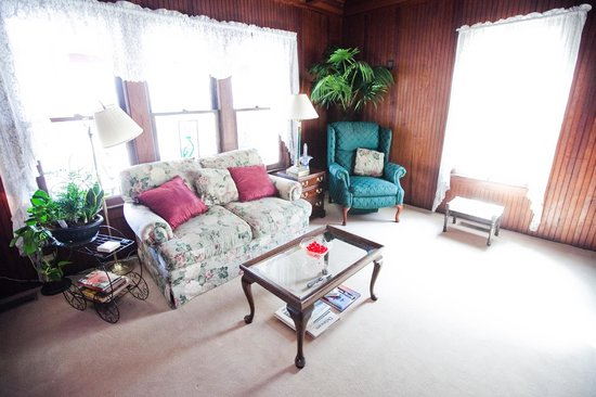 Royal Rose Inn Bed and Breakfast: Living Room