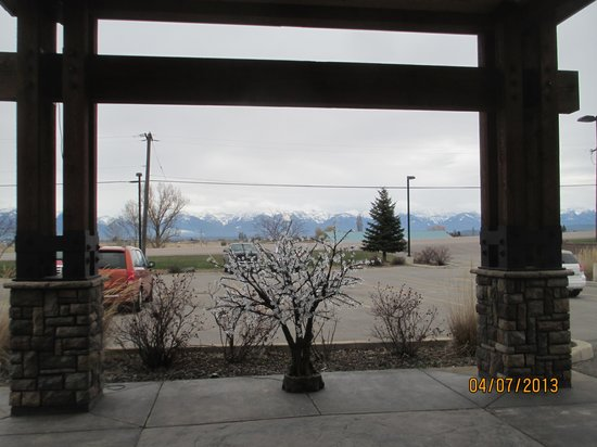 BEST WESTERN PLUS Flathead Lake Inn and Suites : View from the hotel entrance