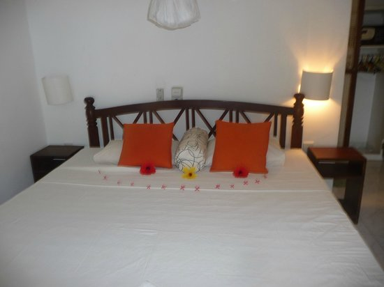 Hotel LaLuna: Fresh flowers on the bed on arrival