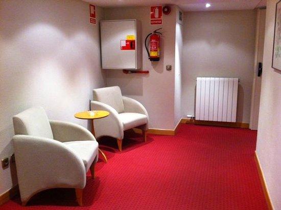Almirante Bonifaz Hotel: descanso en los pasillos del hotel