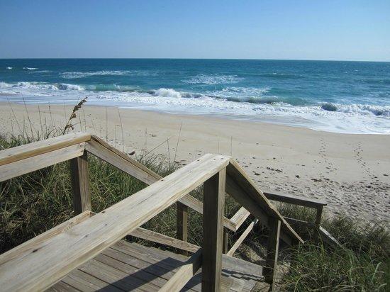 Turtle Run Oceanfront Suites: Siute liegt direkt am Strand! Treppe runter und ab ins Wasser