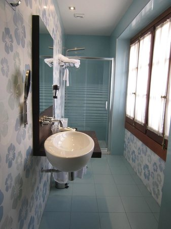 Posada Real Los Cinco Linajes: Hab 101.Baño con ventanal