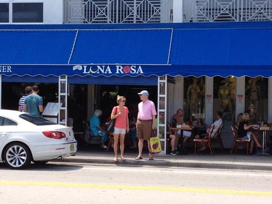 Caffe Luna Rosa : Just across from the sea