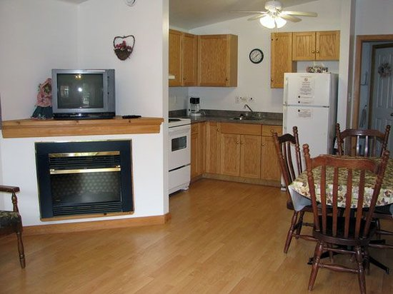 Anchorage House & Cottages: Kitchen and fireplace view