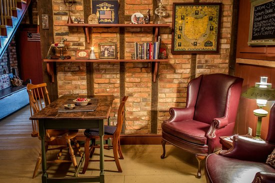 Zoar School Inn Bed and Breakfast: Dining Room with Book Selection