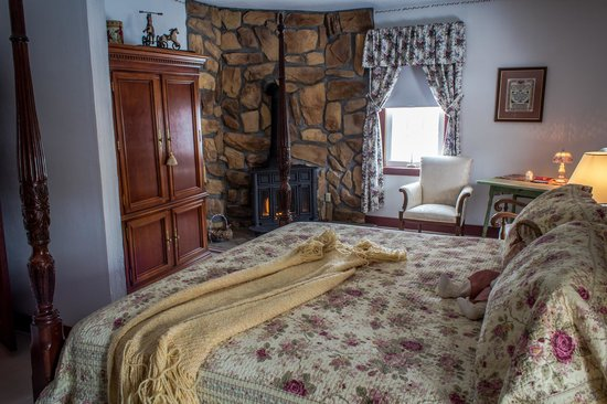 Zoar School Inn Bed and Breakfast: Sister Tessa's Suite King with Fireplace