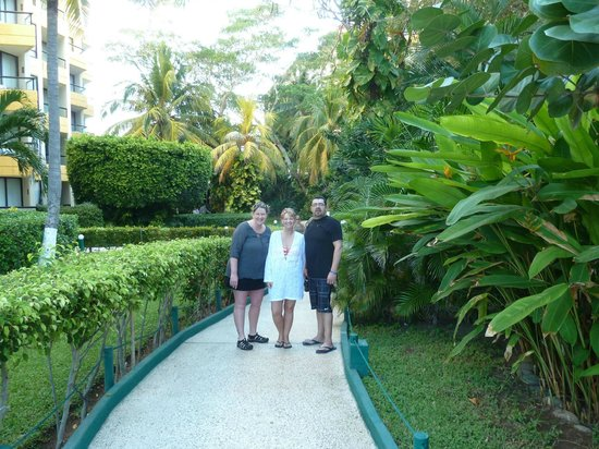 Hotel Fontan Ixtapa: Beautiful greenery inside the grounds