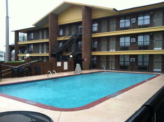 Baymont Inn & Suites Goodlettsville: Pool area seen from room 123