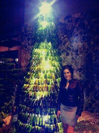 Restaurante Tinto: Árbol Navideño con botellas en Tinto