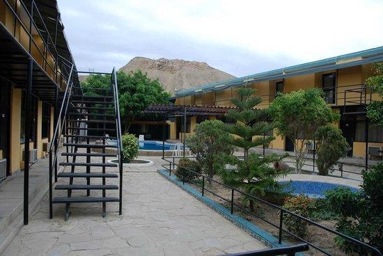 Talara, Peru: Pool area with rooms around