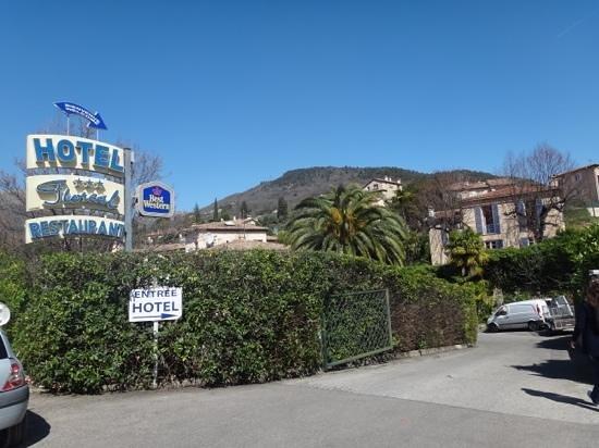 Hotel Le Floreal : entrada al hotel desde la ruta de acceso