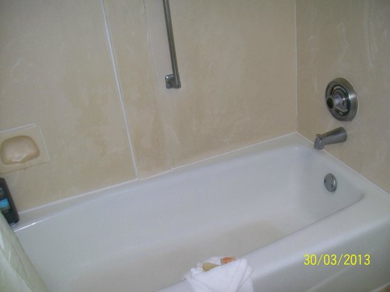 Seralago Hotel and Suites: salle de bain