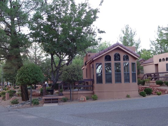 Sedona Pines Resort: End of our unit with plenty of windows...