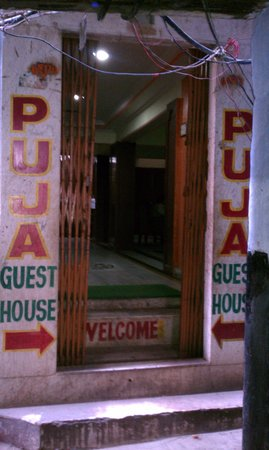 Puja Guest House: Front entry