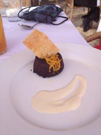 Angèle Restaurant and Bar: Chocolate gateau with crema anglaise