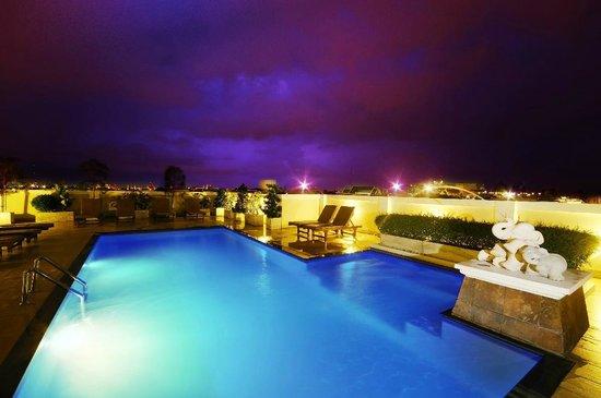 Rikka Inn: Roof-Top Pool at night