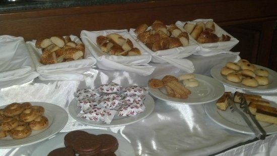 GLK PREMIER The Home Suites & Spa : Dessert and sweet bread display